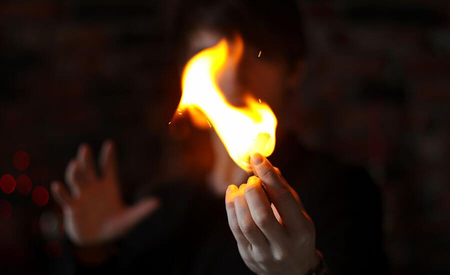 Огонь на выступлении фокусника